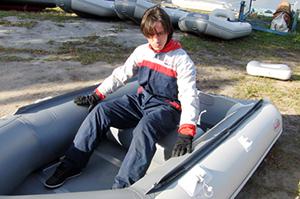 Надувное кресло в лодку